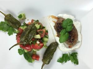 Gegrillte Frikadellen mit Salat und Bratpeperoni