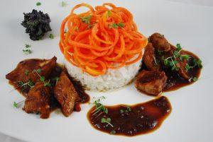 Entenbrust mit Möhrenspaghetti und Thaireis